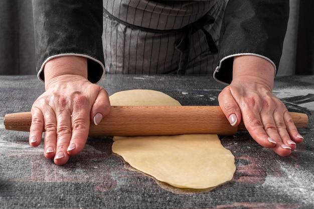 Köchin, die teig rollt