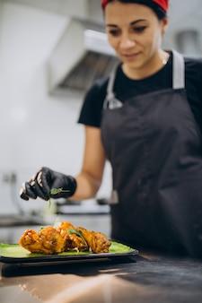 Köchin in der küche in einem café