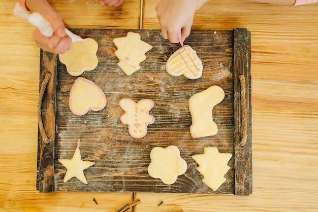 Köchinnen verteilen kekse an bord