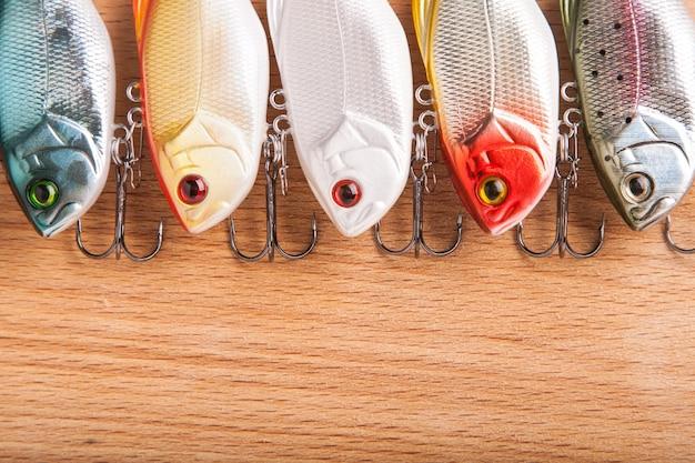 Köder zum angeln - wobbler auf hellem holz