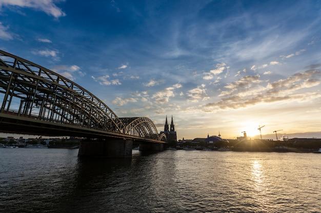 Kölner dom und hohenzollernbrücke bei sonnenuntergang