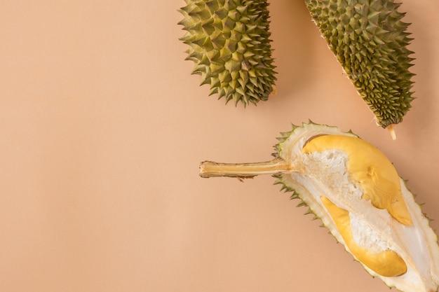 König der früchte, durian auf braunem hintergrund. platz kopieren