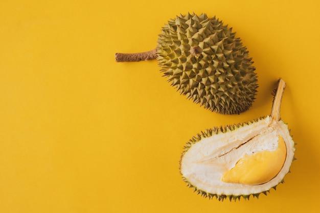 König der früchte, durian auf gelbem hintergrund