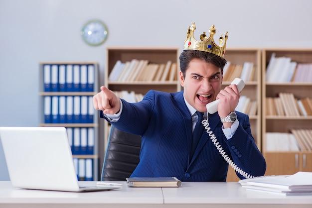 Königgeschäftsmann, der im büro arbeitet