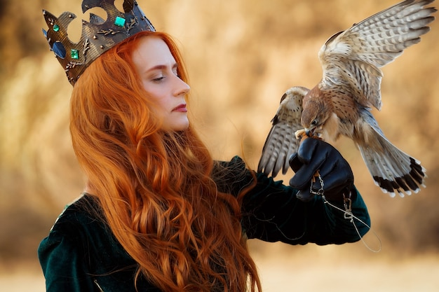 Königin mit roten haaren in einem grünen kleid mit einer krone mit einem vogel