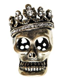 Königin- oder königsschädel mit krone. halloween-hintergrund