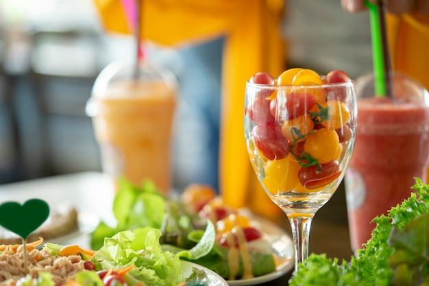 Königin-tomaten in einem glas essfertig