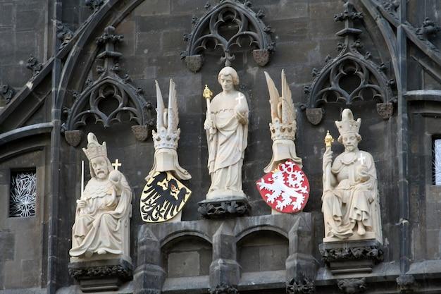 Königliche figuren auf dem wachtturm in der stadt prag