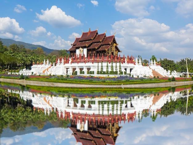 Königlicher flora ratchaphruek park chiang mai mit reflex und schönem himmel, thailand.