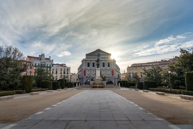 Königliches theater von madrid an seiner hinteren fassade neben einem öffentlichen park mit bäumen und pflanzen. spanien.