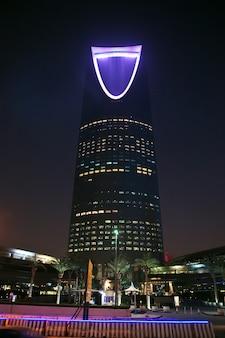 Königreichszentrum burj al-mamlaka in riad, saudi-arabien