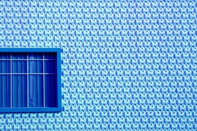 Königsblaues fenster auf hellblauer fassade im modernen stil