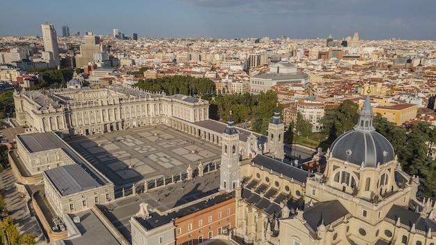 Königspalast von madrid und kathedrale de la almudena, luftbild