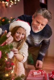 Können sie mir beim dekorieren des weihnachtsbaums helfen?