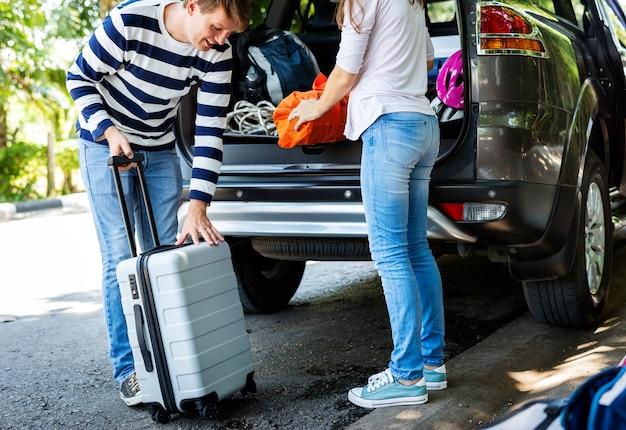 Könnte gepäck in ein auto laden