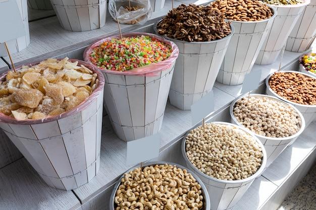 Körbe mit köstlichen, kalorienreichen trockenfrüchten in den marktregalen.