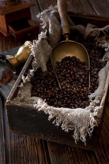 Körner des kaffees in einer weinlesebox.