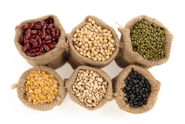 Körner, fünffarbige bohnen sind grüne bohnen, rote bohnen, schwarze bohnen, weiße bohnen und sojabohnen