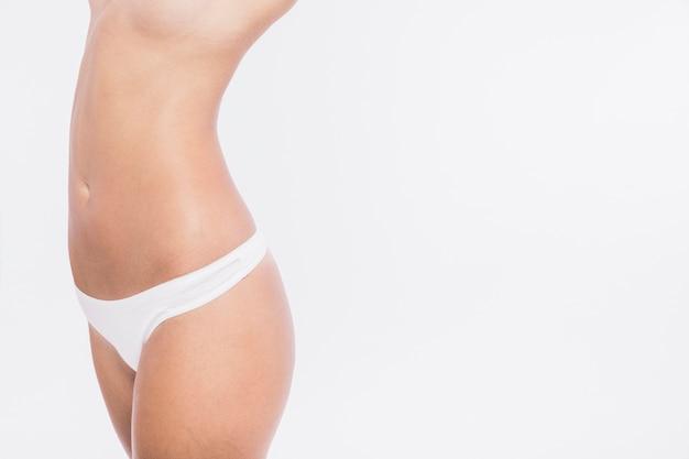 Körper der nackten frau auf weißem hintergrund
