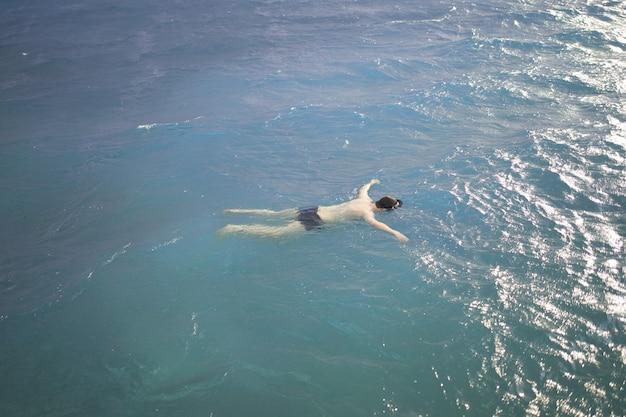 Körper eines im ozean treibenden mannes der leblose körper eines mannes im wasser ertrank in stürmischem...