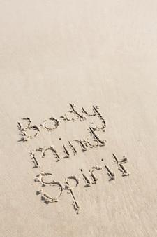 Körper, geist geist auf sand geschrieben