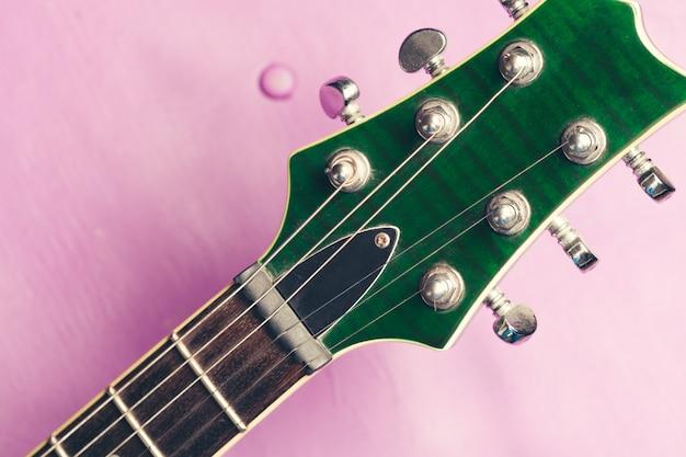 Körper- und halsdetail der e-gitarre über holz