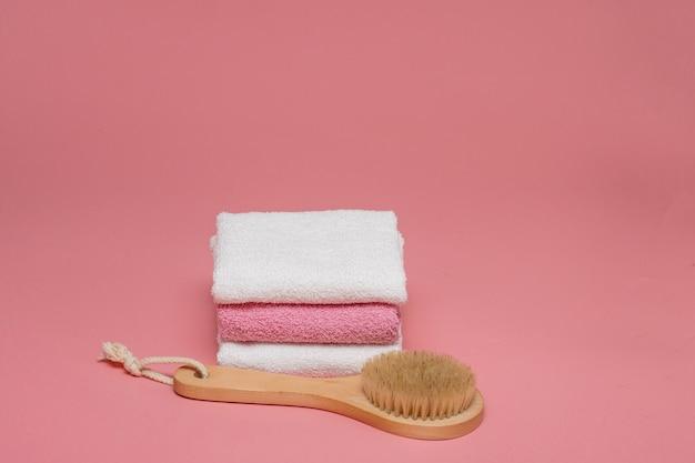 Körperbürste für anti-cellulite-massage und hautbehandlung mit weichen handtüchern