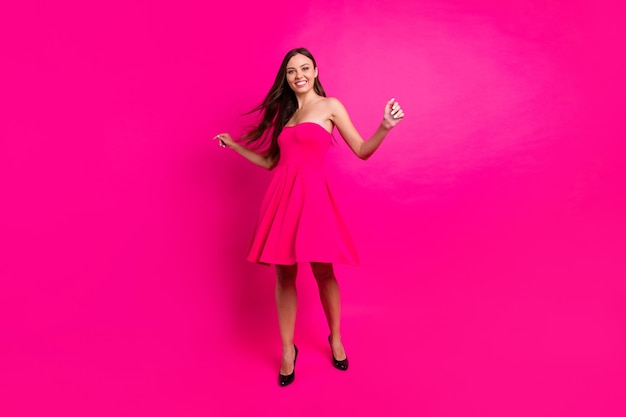 Körpergröße ansicht von ihr in voller länge sie gut aussehend attraktive wunderschöne schlanke passform dünne fröhliche langhaarige mädchen mit spaß zeit isoliert auf hellen lebendigen glanz lebendigen rosa fuchsia farbe hintergrund isoliert