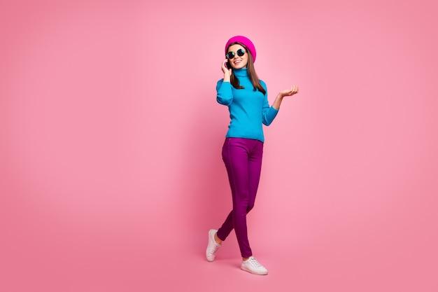 Körpergröße ansicht von ihr in voller länge sie schön attraktiv modisch ziemlich schlank fit dünn fröhlich fröhlich mädchen am telefon spazieren spazieren genießen.