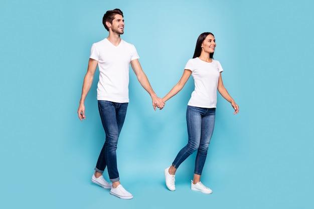 Körpergrößenansicht in voller länge von ehepartnern, die hände halten