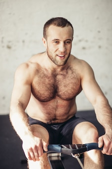 Körperlich fit mann posiert in einem gesundheitsclub