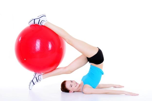Körperliche bewegung für junge weibliche form mit fitball - isoliert
