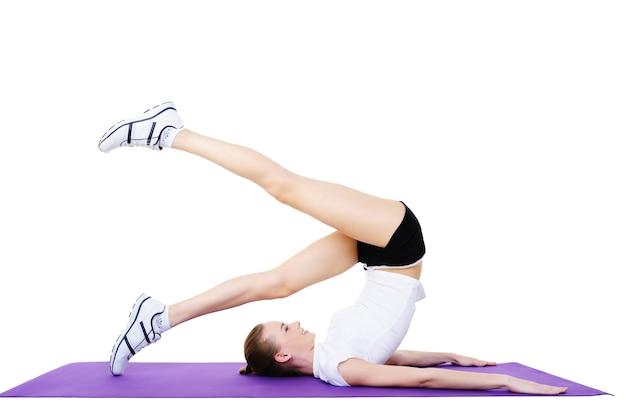Körperliche übungen der sportfrau - isoliert auf weiß