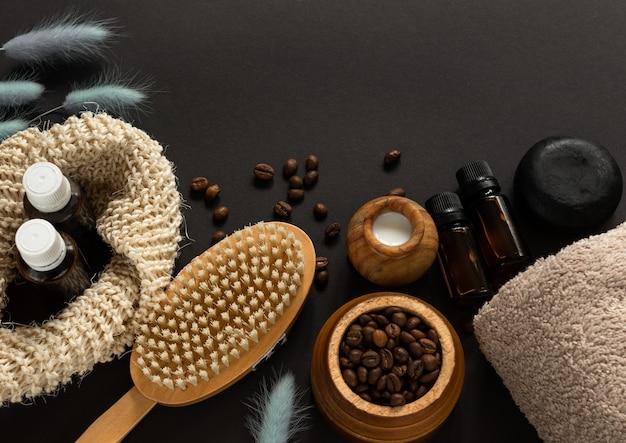Körpermassagebürste, stück seife, sahne, kaffeebohnen, ätherisches öl