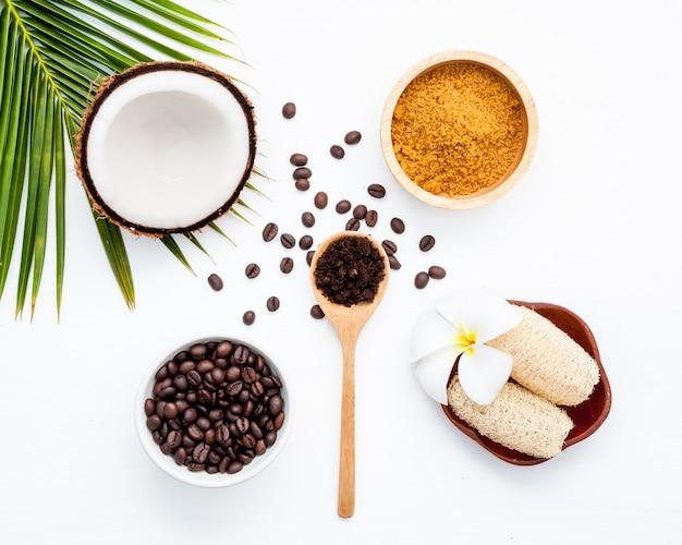 Körperpeeling aus gemahlenem kaffee, kokosnuss in der schale und hausgemachtem kosmetikum für peeling und spa-pflege