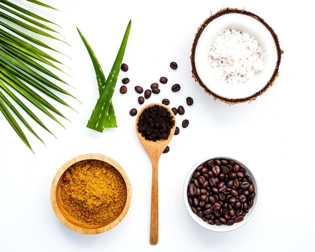 Körperpeeling aus gemahlenem kaffee und kokosnuss in der schale