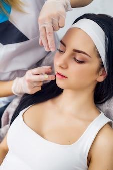 Körperpflege, nettes mädchen, das hyaluronsäurebehandlung empfängt
