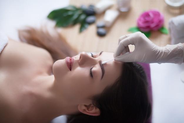 Körperpflege. spa-körpermassage. frau, die massage im badekurortsalon hat.