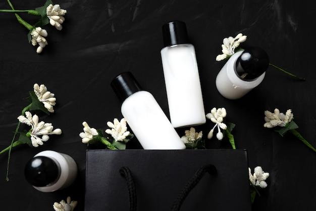 Körperpflegekosmetik in kleinen gläsern geschenkset auf dunklem hintergrund. schwarzer freitag