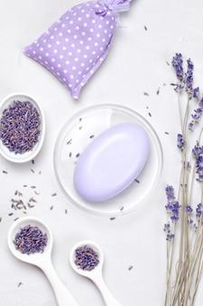 Körperpflegeprodukte aus lavendel. aromatherapie, spa und natürliches gesundheitskonzept