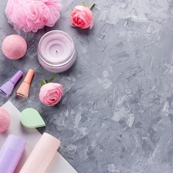 Körperpflegeprodukte, dessous und kosmetik flach legen. schönheitsbehandlungskonzept der frau, draufsicht