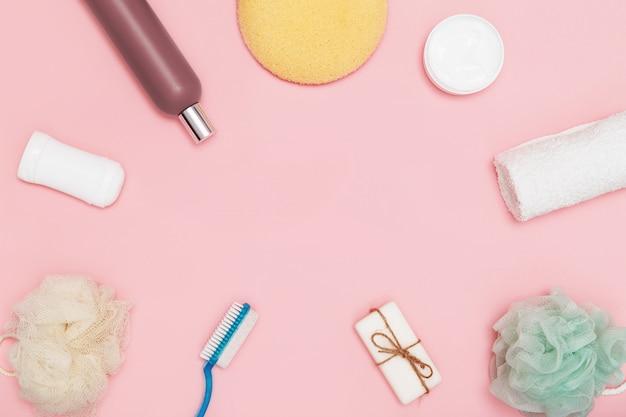 Körperpflegeprodukte für körper- und hauthygiene auf pink. flach liegen. speicherplatz kopieren