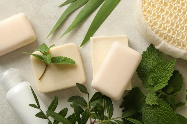 Körperpflegeprodukte mit naturseife auf beigem tisch