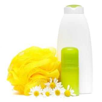 Körperpflegeprodukte. spa-zusammensetzung mit kamillenblüte lokalisiert auf weiß