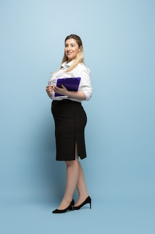 Körperpositiver weiblicher charakter. geschäftsfrau in übergröße