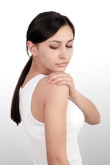 Körperschmerz. schöne frau, die schmerz in den ellbogen, schmerzlicher arm glaubt