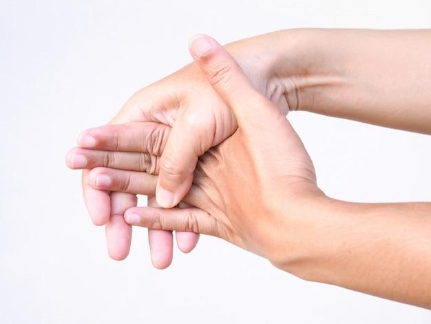 Körperschmerzen mit schmerzenden hand- und handgelenksschmerzen und krämpfen oder abzugsfingern.