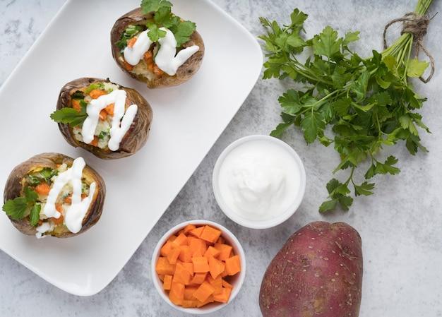 Köstlich aussehende gekochte kartoffeln auf weißem teller