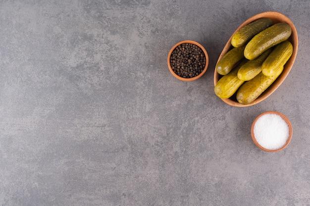 Köstlich marinierte eingelegte gurken mit salz- und pfefferkörnern.