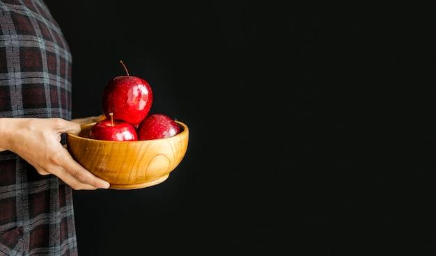 Köstliche äpfel, die von einer person gehalten werden